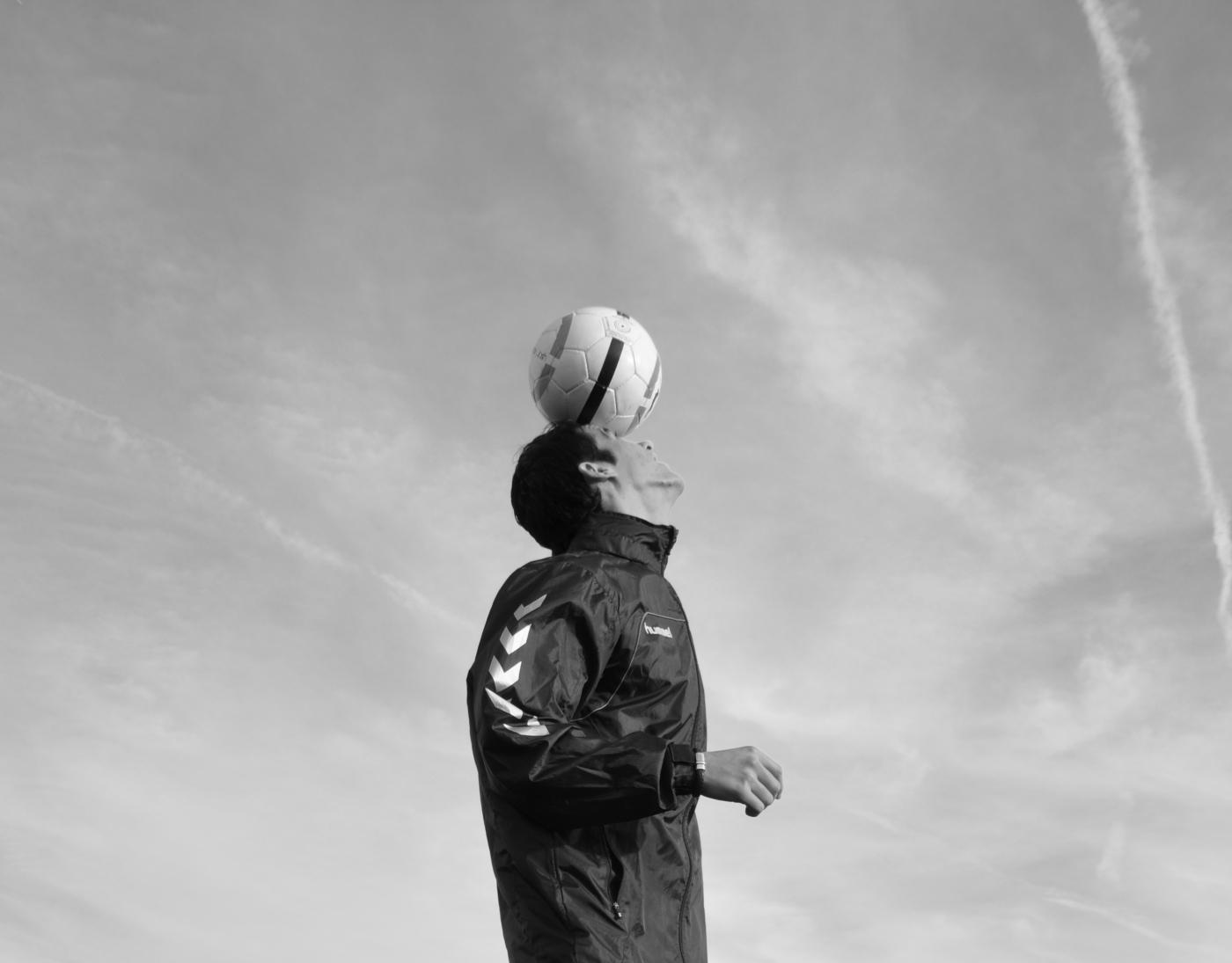 Techniektrainer en freestyle voetbaltrainer josh demonstreert zijn kunsten voor de camera van petra in rijssen