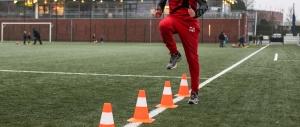 een van de deelnemers van de voetbalschool van joshua agteres doet hier een loopcoördinatie oefenvorm.